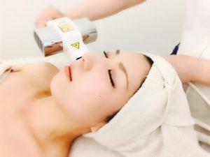 肌の奥深くの細胞に働きかけ、シミ、くすみ等の痕を改善します。